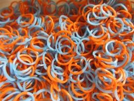 Combi blauw/oranje elastiekjes ± 600 stuks + 24 clips