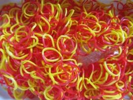 Combi geel/rode elastiekjes ± 600 stuks + 24 clips