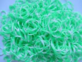 Om en om groen/witte elastiekjes  ± 600 stuks + 24 clips