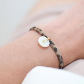 Initial Pearl | Lycra Parelmoer Initiaal Armbandje