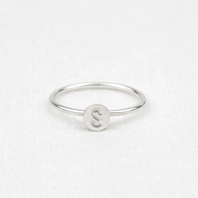 The Tiny Initial Ring | Ring met Letter - 925 Zilver