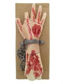 Bebloede hand aan ketting
