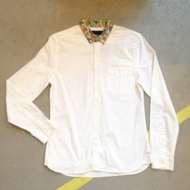 White shirt with camouflage print collar