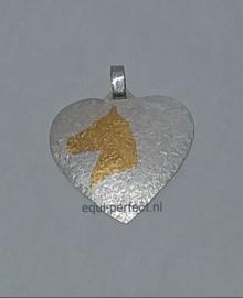 Zilveren hanger, hart met gouden paardenhoofd.