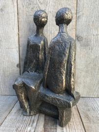 Stenen sculptuur 'paar op de bank'