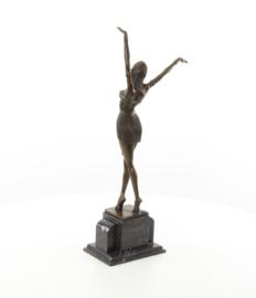 Een bronzen beeld van een Egyptische danseres