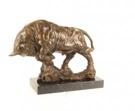 Bronzen stier in de aanval op een mooie marmeren sokkel