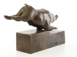 Een bronzen art deco bronzen beeld van een varken