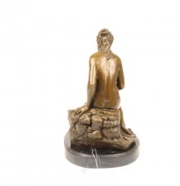 Bronzen badende vrouw
