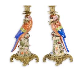 Paar brons opgezette porseleinen Papengaaikandelaars
