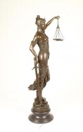 Vrouwe Justitia compleet met weegschaal, zwaard, slang en wetboek
