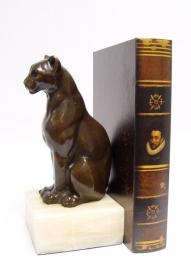 Bronzen  beeld van een leeuwin als boekhouder