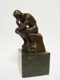Bronzen beeld de denker van de Franse beeldhouwer Auguste Rodin.