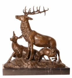 Bronzen beeld van een hertenfamilie