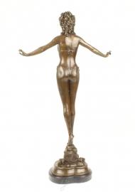 Bronzen beeld vrouw in bikini, prachtig weergeven en van hoge kwaliteit. Beeld is gesigneerd en met brons stempel. Deze prachtige beeld staat op een natuur marmeren sokkel. Afmetingen van dit beeld zijn. Hoogte 70.5 cm breedte 19 cm lengte 40 cm