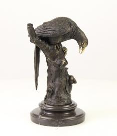 bronzen kraai op marmer sokkel