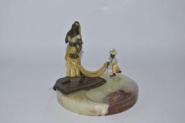 Bronzen BLACKAMOOR'S op een onyx asbak