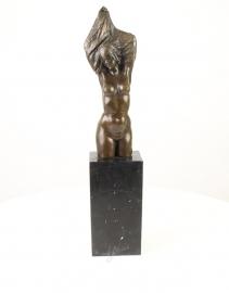 Bronzen beeld van een jonge naakte Torso vrouw die haar shirt uitdoet.