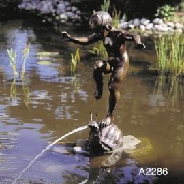 Bronzen  beeld jongen op huisjesslak fontein