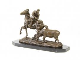 Bronzen beeld van jager op de rug van zijn paard