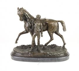 Bronzen beeld van een jockey met zijn paard