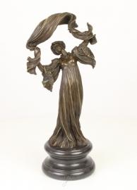 Bronzen beeld van sjaal danser