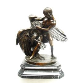 Een bronzen beeld van de ontvoering van Ganymedes