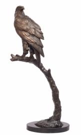 Bronzen beeld van adelaar zittend op stok