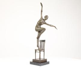 Bronzen balletdanseres dansend op stoel.