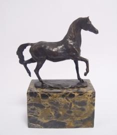 Bronzen beeld van paard in draf