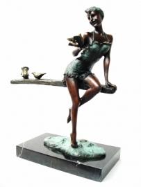 Bronzen dame met volgels