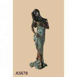 Bronzen badende naakte dame met handen op de heup