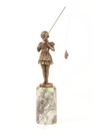 Brons beeldje van een vissend meisje ze heeft haar vangst aan haar hengel.