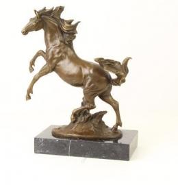Bronzen beeld van steigerend paard