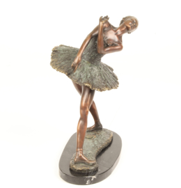 Brons beeld van jonge balletdanseres.in een sierlijke ballet pose