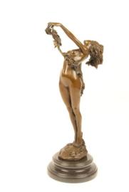 Bronzen beeld vrouw met wijnstok