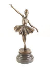 Een bronzen beeld van een ballerina