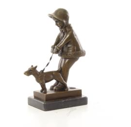 Een bronzen beeld van een jong meisje die haar hond uitlaat