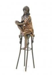 Bronzen  dame op barkruk
