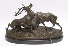 Gedetailleerd beeld van Bronzen vechtende herten