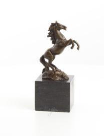 Een bronzen beeld van een steigerend HENGST