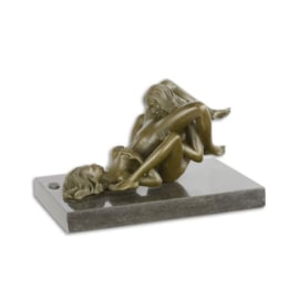 Een erotische bronzen beeld van twee vrouwen doen aan orale sex