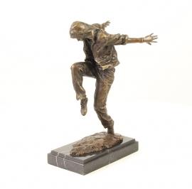 Bronzen beeld van een straatdanser