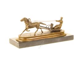 Brons beeld man op slee getrokken door zijn paard