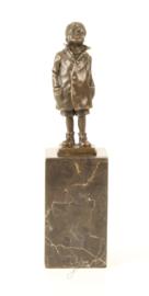 Kleine jongen in brons
