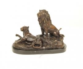 Bronzen  beeld van een leeuw en leeuwin