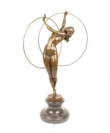 Bronzen beeld van een dame met twee hoepels op een marmeren voetstuk.