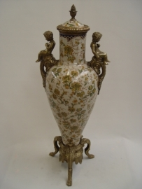 Prachtig porseleinen vaas met twee figuurtjes mooi afgewerkt met brons