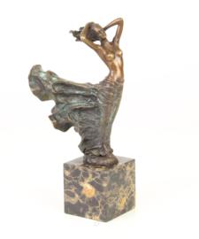 Bronzen beeld van een prachtvrouw in wervelende jurk