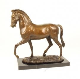 Bronzen beeld van een prachtige paard in draf.